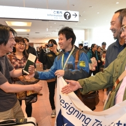 1年4か月ぶりに職場の友人と再会を果たす隊員(27日、羽田空港で