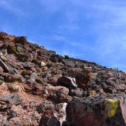 旭岳9合目付近。山頂へ向かう登山者。