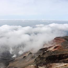 旭岳山頂から西方の眺め。山頂から下に雲が広がる。