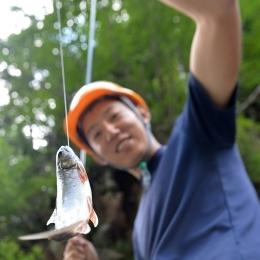 休憩中に釣り糸を垂らすとオショロコマが難なく掛かった。源流部の流れは魚影が見えるほど澄んでいる