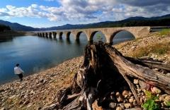 きれいな「めがね橋」が出現 上士幌タウシュベツ川橋梁   2