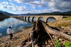 きれいな「めがね橋」が出現 上士幌タウシュベツ川橋梁   4