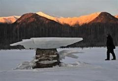 結氷で水位が下がった糠平湖に出現したキノコ氷。厳寒期ならではの光景が広がる(20日午前7時ごろ、金野和彦撮影)