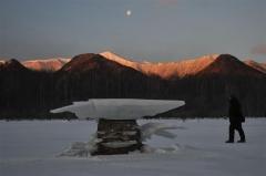 厳しい冷え込みの中、糠平湖の湖面に出現したキノコ氷(20日午前7時、金野和彦撮影)
