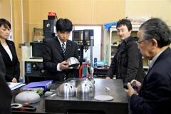 インターステラテクノロジズが手掛けるロケット開発の取り組みを視察する山本大臣(12日午前10時20分、折原徹也撮影)