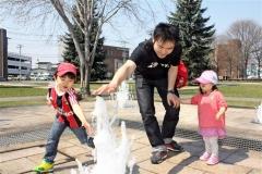 市内公園の噴水に通水 子供ら大はしゃぎ