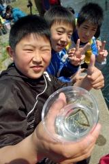 伝統のサケ稚魚放流 幕別札内北小