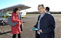 セスナ機で大樹町などを上空から視察した河村氏(右)と中川氏(8日午前10時40分ごろ、金野和彦撮影)