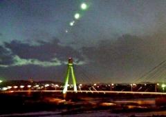 十勝川温泉第一ホテル屋上のライブカメラが撮影した火球とみられる飛行物体(写真は4枚の画像を合成しています)