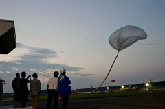 放球される大気球(6日午前4時10分ごろ)