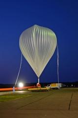 放球位置に運ばれる大気球(6日午前3時55分ごろ)