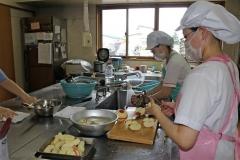 子供たちの給食を作る栄養士ら。安心安全な料理の提供に細心の注意をはらう(帯広・こでまり保育園で)