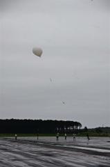 放球されるゴム気球(22日午前5時ごろ)