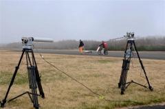 受信アンテナから無人機を離していく関係者