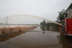 越水した泥水をポンプ車で排水する音更町消防職員