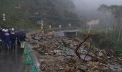 帯広開発建設部は9月23日午前、台風10号の影響で道路が大規模崩壊し、通行止めが続く国道274号日勝峠の清水町側を報道陣に公開した。道路の一部が崩落した日勝峠の7~8合目間。被災当時の状況のまま復旧を待つ(23日午前11時15分)