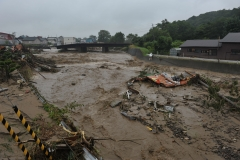 パンケシントク川がはん濫して崩落したJRの線路(31日午前9時25分ごろ、金野和彦撮影)