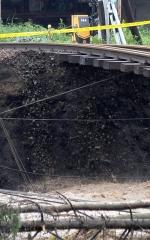 線路の下がパンケシントク川に浸食されるJR石勝線(8月31日午前9時50分、金野和彦撮影)