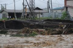 パンケシントク川が浸食して線路が崩落した(午前9時40分ごろ、金野和彦撮影)