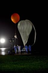 観測機器を取り付けた気球