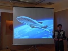 H・I・S、ANAHDとの共同記者会見で有人宇宙機のイメージを説明する緒川社長