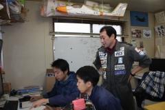 事務所内でスタッフと打ち合わせする緒川社長