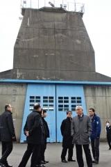 観測ロケットを発射するKSドーム前で説明を受ける視察団