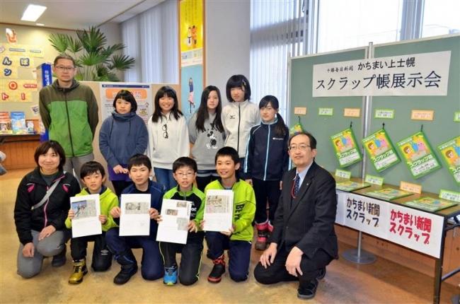 児童の新聞スクラップ帳展示 上士幌郵便局