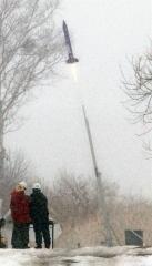 発射台から飛び立つロケット(2日正午ごろ、折原徹也撮影)
