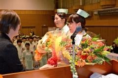 花束を受け取る卒業生(帯広高等看護学院)