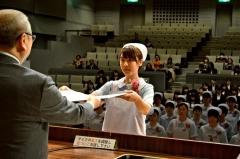 卒業証書を受け取る卒業生(帯広看護専門学校)