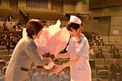 花束を受け取る卒業生(帯広看護専門学校)