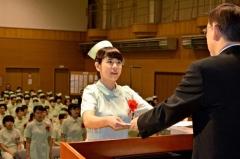 卒業証書を受け取る卒業生(帯広高等看護学院)