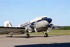 「ブルン、ブルン」と独特のエンジン音を響かせ着陸したブライトリングDC-3