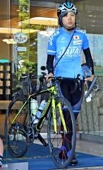 ホテルから自転車を運び出し、ロードトレーニング出発の準備をする髙木美帆