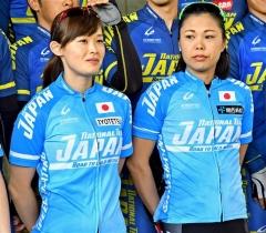 自転車ロードトレーニング出発前の記念撮影に応じる(右から)辻麻希と郷亜里砂
