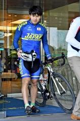 ホテルから自転車を運び出し、ロードトレーニング出発の準備をする村上右磨