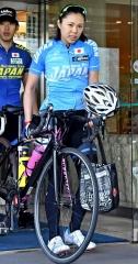 ホテルから自転車を運び出し、ロードトレーニング出発の準備をする辻麻希