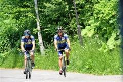 初めてナショナルチーム入りし、自転車のロード練習でウィリアムソン師円(左)と併走する三輪準也