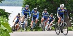自転車ロードトレーニングを行うオールラウンドチームの男子選手