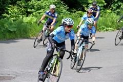 平昌冬季五輪へ向けて、自転車のロード練習に励む高木美帆(手前)。右は姉の菜那