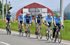 自転車ロードトレーニングを行うスプリントチームの選手ら