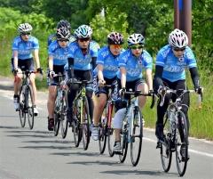 自転車ロードトレーニングを行うオールラウンドチームの女子選手ら。(右から)押切美沙紀、髙木菜那、佐藤綾乃、髙木美帆、松岡芙蓉、菊池彩花