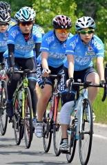 自転車ロードトレーニングを行うオールラウンドチームの(右から)髙木菜那、佐藤綾乃、髙木美帆