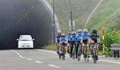 自転車ロードトレーニングを行うオールラウンドチームの女子選手ら
