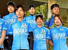 自転車ロードトレーニング出発前の記念撮影に応じるオールラウンドチームの女子選手ら