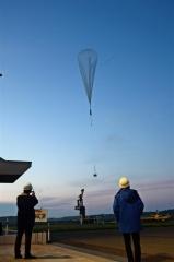 上空に放たれる新たな部材を使った気球(午前3時35分ごろ撮影)