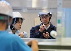 機器の取り付け作業を行う実験責任者の大野宗祐千葉工業大学惑星探査研究センター上席研究員(右、6月12日、午前11時すぎ)