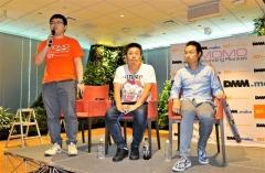 打ち上げの概要を説明する(左から)稲川貴大インターステラテクノロジズ社長と堀江貴文取締役、打ち上げのボタンを押す芹沢さん