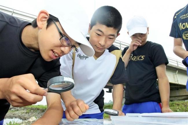 生徒が札内川の環境調査 中札内中